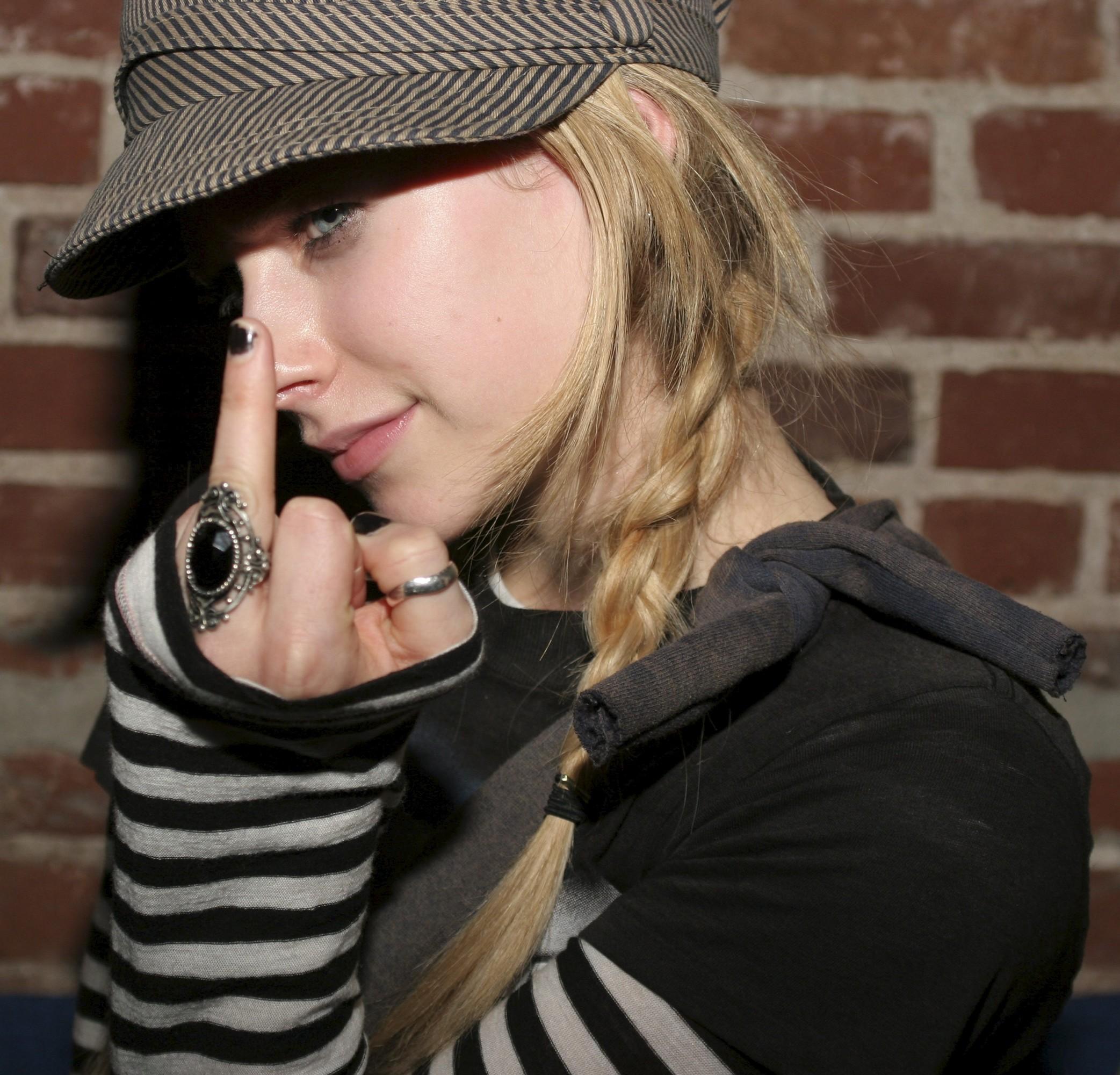 Фотка девушка показывает фак 25 фотография